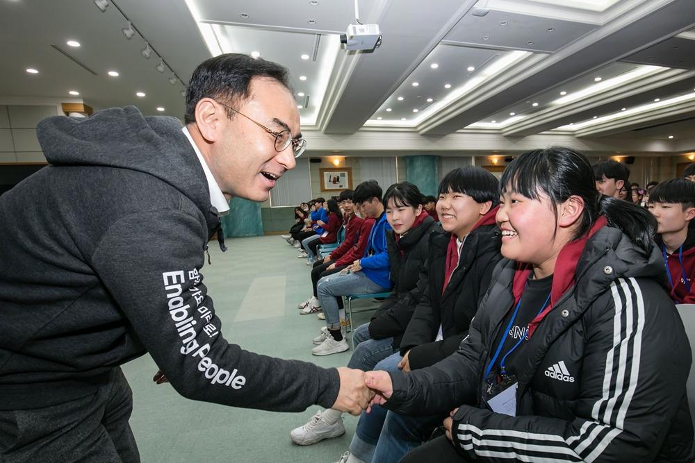 삼성전자 노희찬 사장이 '2020 삼성 드림클래스 겨울캠프'에 참가한 중학생들을 격려하고 있다.