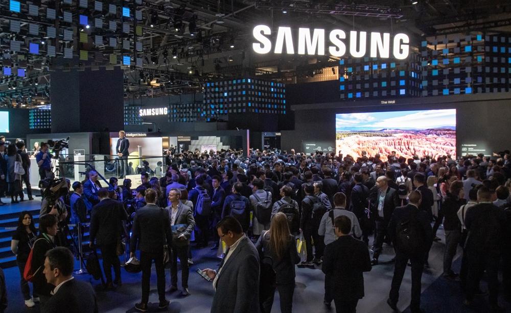 미국 라스베이거스에서 열리는 세계 최대 전자 전시회 CES 2020 개막일인 7일(현지시간) 삼성전자 전시관 입구가 많은 관람객들로 붐비고 있다.