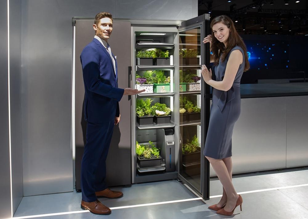 7일(현지시간)  미국 라스베이거스에서 열리는 세계 최대 전자 전시회 CES 2020에서  삼성전자 모델이 '식물 재배기'를 소개하고 있다.