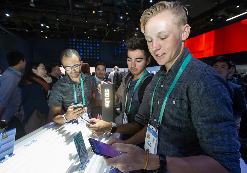 미국 라스베이거스에서 열리는 세계 최대 전자 전시회 CES 2020 개막일인 7일(현지시간) 삼성전자 전시관에서 관람객들이 '갤럭시 S10 라이트'를 체험하고 있다.