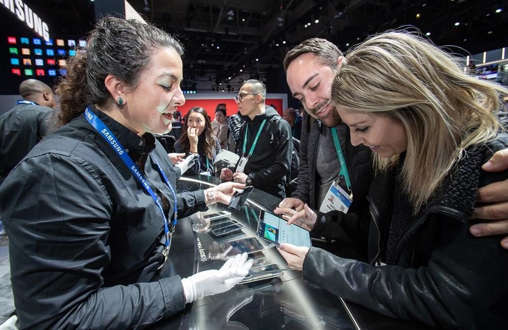 미국 라스베이거스에서 열리는 세계 최대 전자 전시회 CES 2020 개막일인 7일(현지시간) 삼성전자 전시관에서 관람객들이 '갤럭시 폴드 5G'를 체험하고 있다.