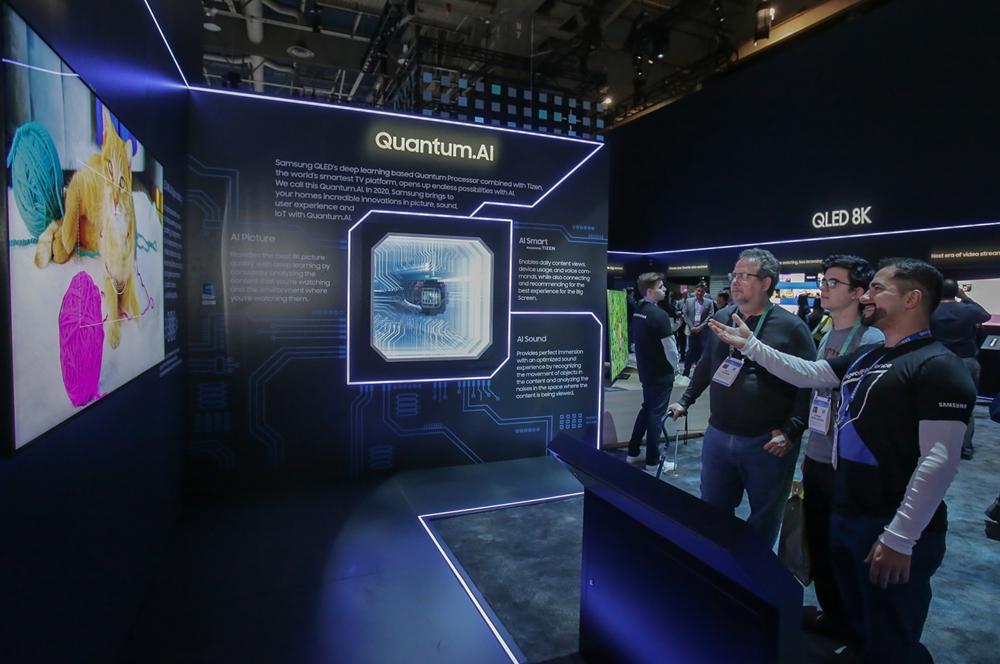 7일(현지시간)  미국 라스베이거스에서 열리는 세계 최대 전자 전시회 CES 2020에서  삼성전자 전시관을 방문한 관람객들이 '퀀텀닷 AI(Quantum.AI)'가 적용된 'QLED 8K'의 생생한 화질을 감상하고 있다.