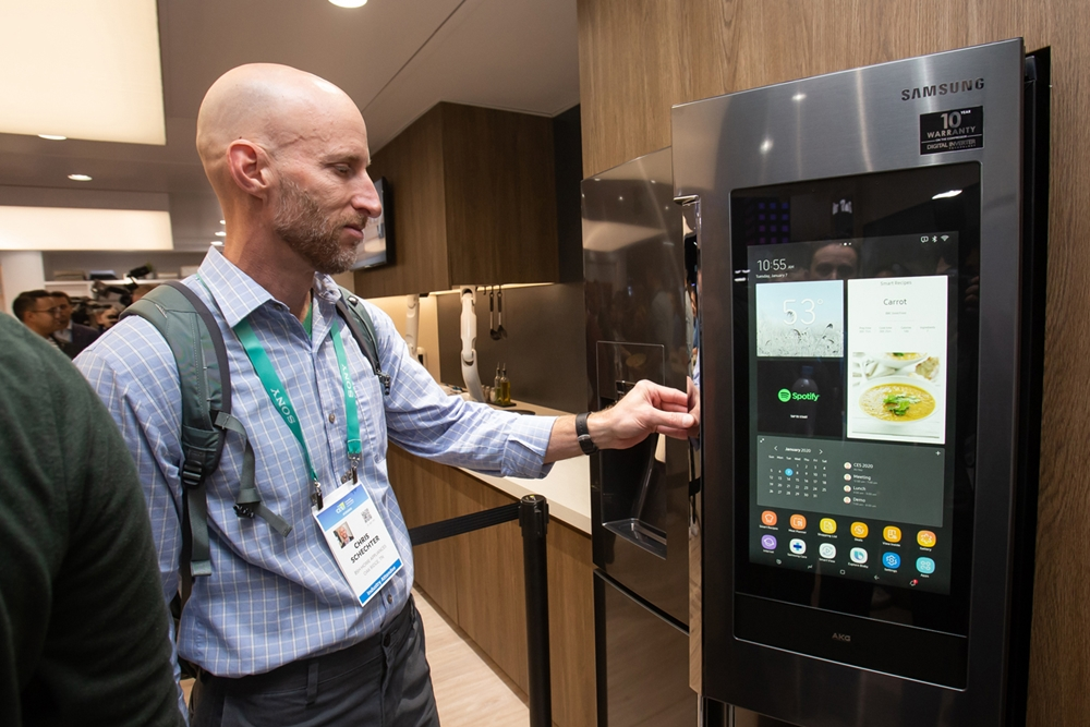 미국 라스베이거스에서 열리는 세계 최대 전자 전시회 CES 2020 개막일인 7일(현지시간) 삼성전자 전시관에서 관람객들이 한 단계 진화한 '패밀리허브' 를 체험하고 있다.