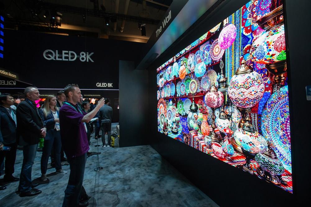 7일(현지시간)  미국 라스베이거스에서 열리는 세계 최대 전자 전시회 CES 2020에서  삼성전자 전시관을 방문한 관람객들이 150형의 생생한 화질을 자랑하는 2020년형 마이크로 LED '더 월'을 살펴보고 있다.