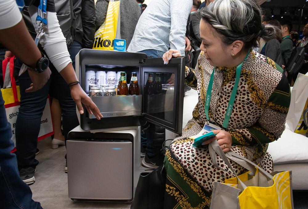 미국 라스베이거스에서 열리는 세계 최대 전자 전시회 CES 2020 개막일인 7일(현지시간) 삼성전자 전시관에서 관람객들이 새로운 라이프스타일 소형 냉장고 큐브 시리즈를 살펴보고 있다.