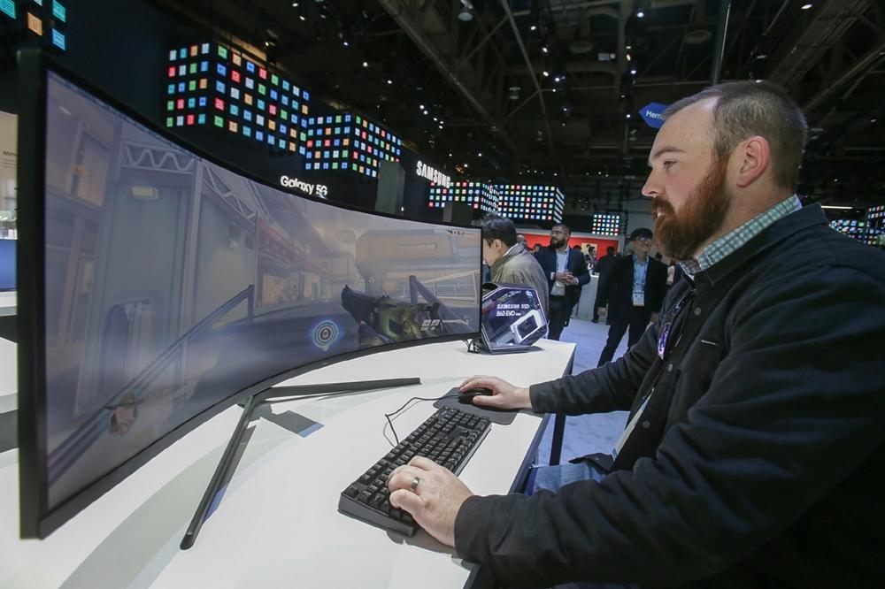 7일(현지시간)  미국 라스베이거스에서 열리는 세계 최대 전자 전시회 CES 2020에서  삼성전자 전시관을 방문한 관람객들이 삼성전자 게이밍 모니터 '오디세이(Odyssey)'를 체험하고 있다.