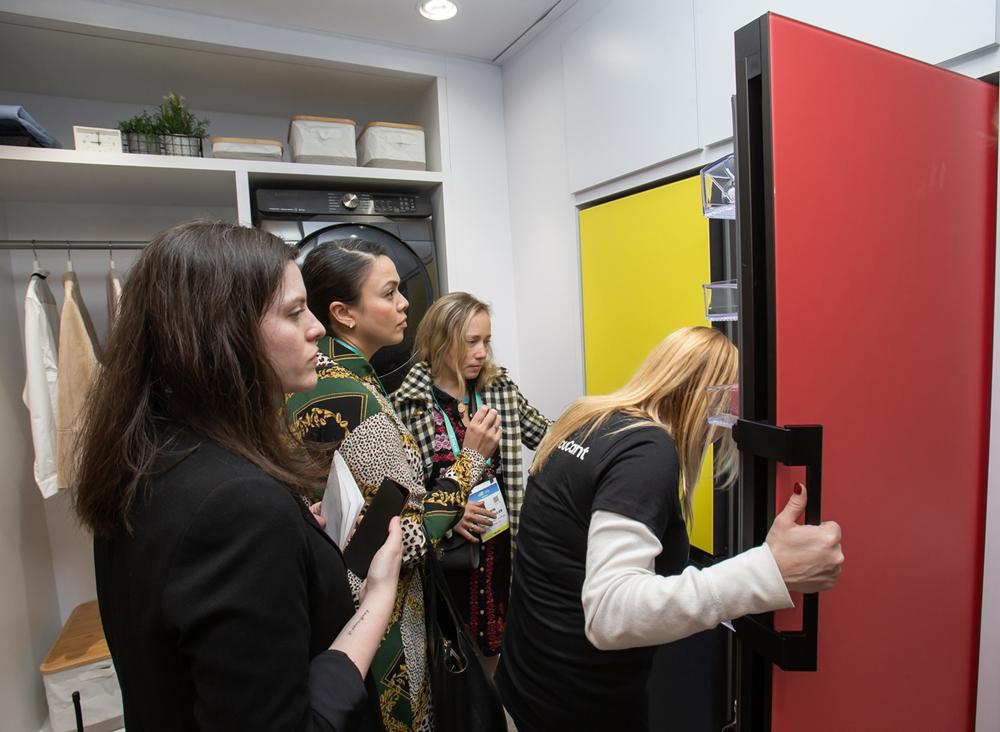 미국 라스베이거스에서 열리는 세계 최대 전자 전시회 CES 2020 개막일인 7일(현지시간) 삼성전자 전시관에서 관람객들이 맞춤형 냉장고 '비스포크(BESPOKE)'를 살펴보고 있다.