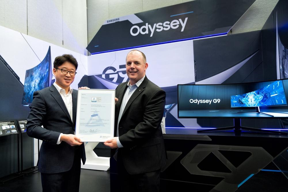 7일(현지시간) 미국 라스베이거스에서 열리는 세계 최대 전자 전시회 CES 2020에서 세계적 규격 인증 기관인 독일 'TUV라인란드'가 업계 최초로 삼성전자 게이밍 모니터 '오디세이(Odyssey)' G9 ∙ G7에 적용된 기술이 세계 최고 곡률 1000R 디스플레이임을 인증했다. 사진은 좌측부터 삼성전자 영상디스플레이사업부 유준영 상무, TUV라인란드 마이클 크로닌(Michael Cronin) 상무