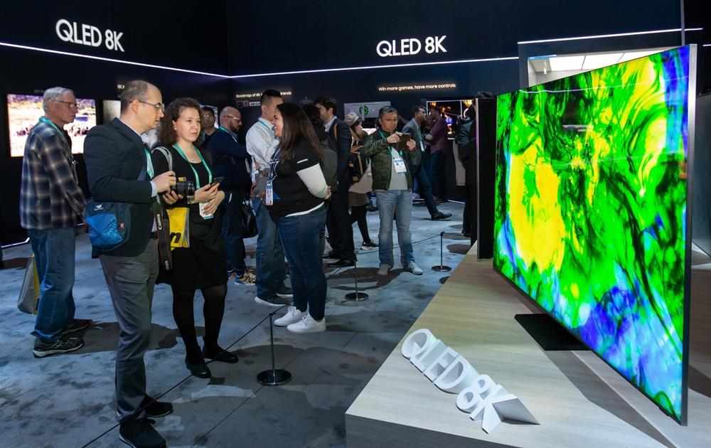 미국 라스베이거스에서 열리는 세계 최대 전자 전시회 CES 2020 개막일인 7일(현지시간) 삼성전자 전시관에서 관람객들이 QLED 8K의 생생한 화질을 감상하고 있다.