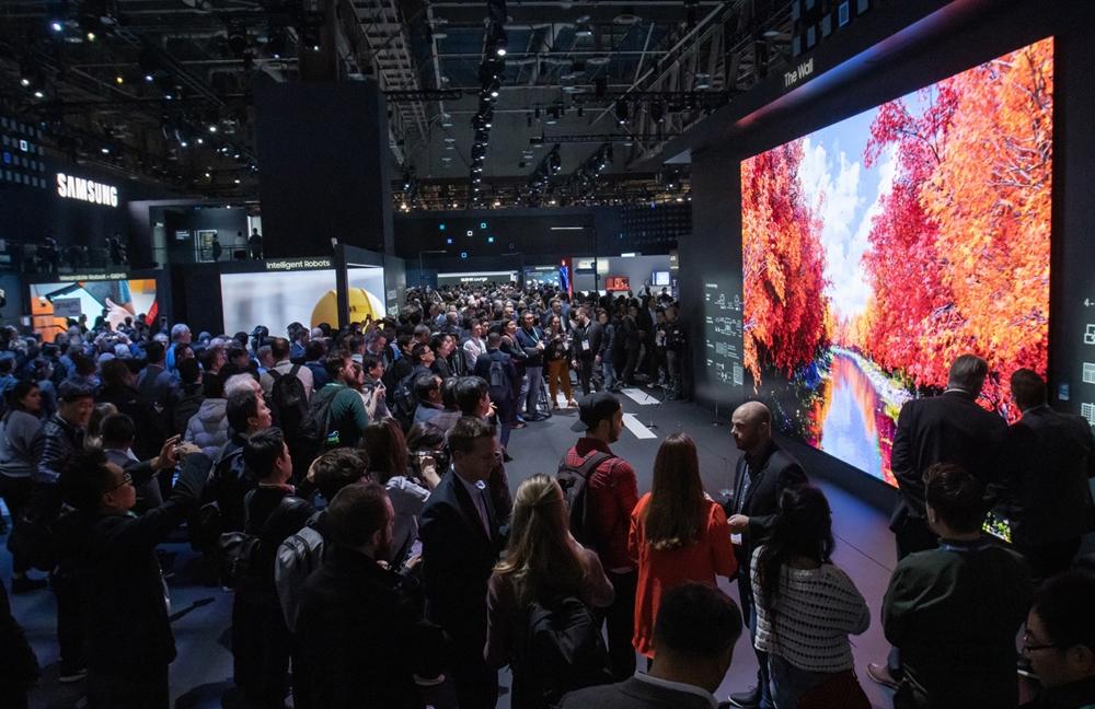 미국 라스베이거스에서 열리는 세계 최대 전자 전시회 CES 2020 개막일인 7일(현지시간) 삼성전자 전시관에서 관람객들이 292형의 압도적인 크기와 생생한 화질을 자랑하는 2020년형 마이크로 LED '더 월'을 살펴보고 있다.
