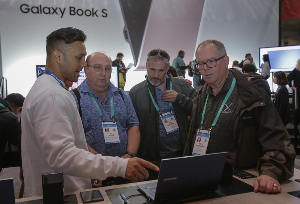 7일(현지시간)  미국 라스베이거스에서 열리는 세계 최대 전자 전시회 CES 2020에서  삼성전자 갤럭시 체험관을 방문한  관람객들이 '갤럭시 북 플렉스(Galaxy Book Flex)'를 체험하고 있다.