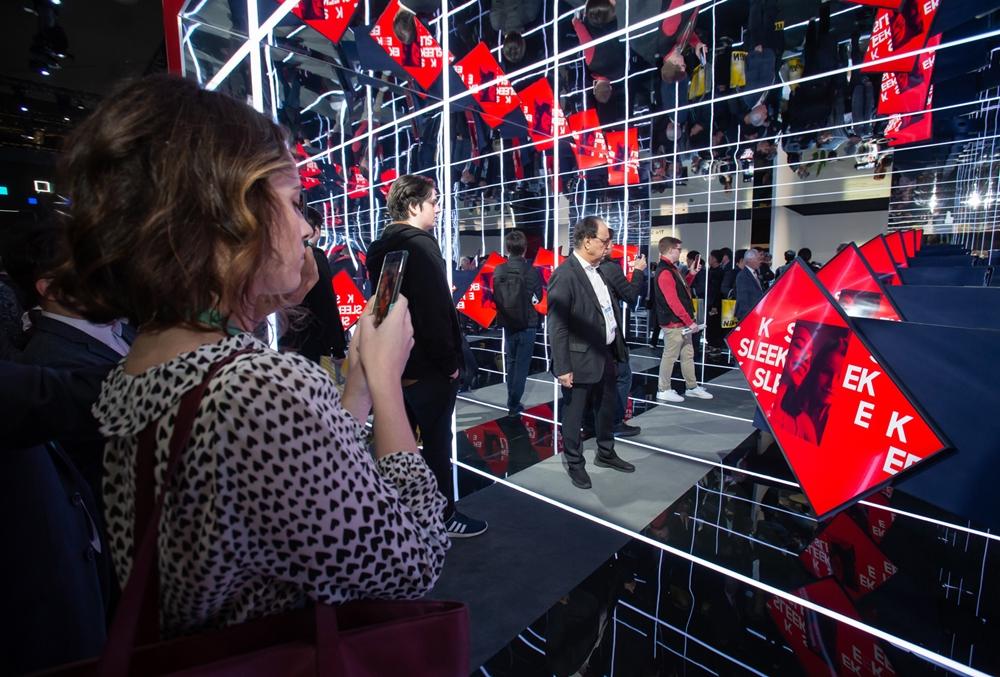 미국 라스베이거스에서 열리는 세계 최대 전자 전시회 CES 2020 개막일인 7일(현지시간) 삼성전자 전시관에서 관람객들이 라이프스타일 TV '더 세로(The Sero)'를 살펴보고 있다.