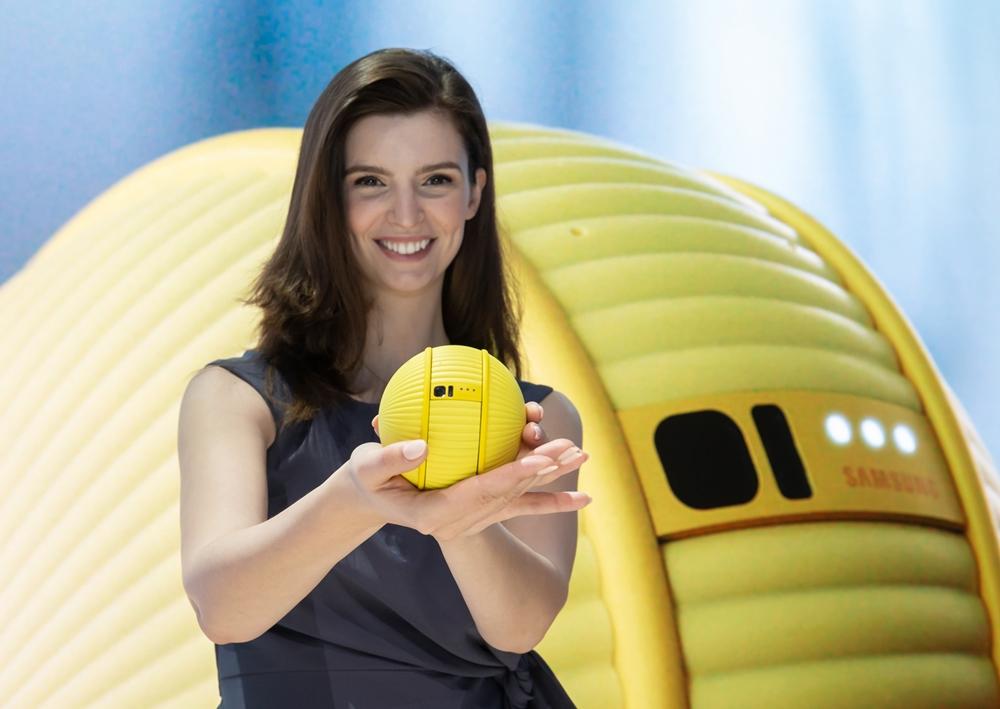 미국 라스베이거스에서 열리는 세계 최대 전자 전시회 CES 2020 개막일인 7일(현지시간) 삼성전자 전시관에서 삼성전자 모델이 지능형 컴퍼니언 로봇(Companion Robot) '볼리(Ballie)'를 소개하고 있다.