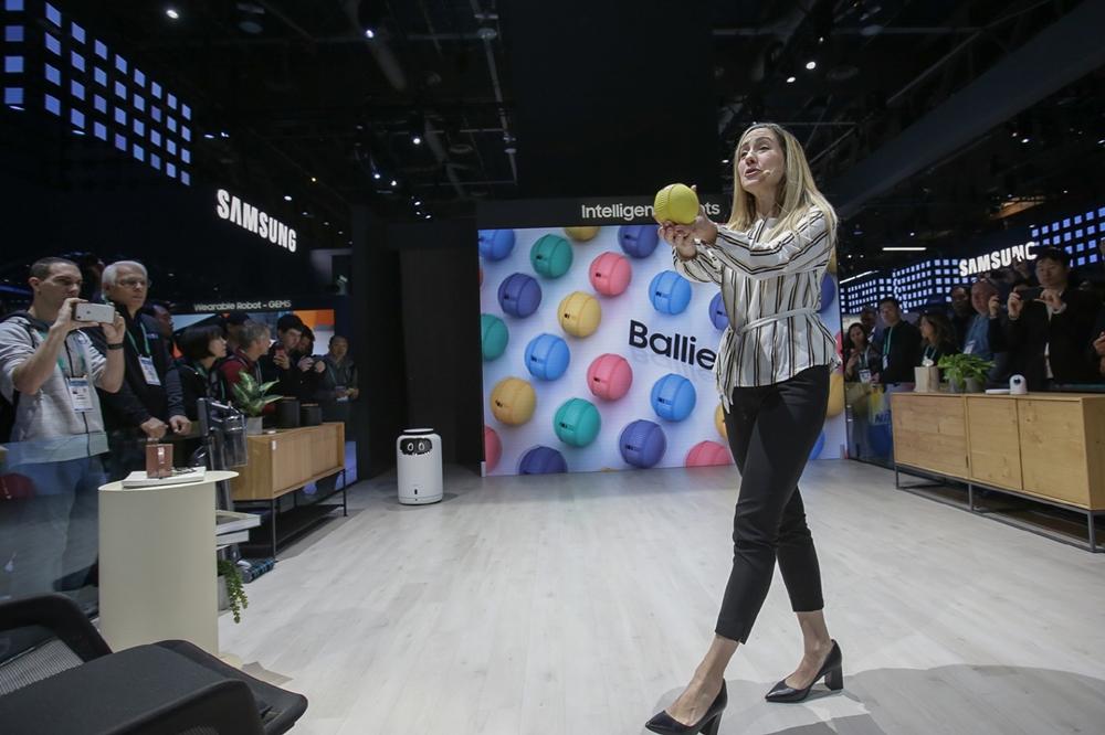 7일(현지시간)  미국 라스베이거스에서 열리는 세계 최대 전자 전시회 CES 2020에서 삼성전자 프로모터가 관람객들에게 지능형 컴퍼니언 로봇(Companion Robot) '볼리(Ballie)'를 소개하고 있다.