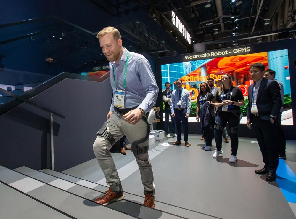 미국 라스베이거스에서 열리는 세계 최대 전자 전시회 CES 2020 개막일인 7일(현지시간) 삼성전자 전시관에서 관람객이 웨어러블 보행 보조 로봇 'GEMS' 'GEMS(Gait Enhancing & Motivating System)'을 체험하고 있다.