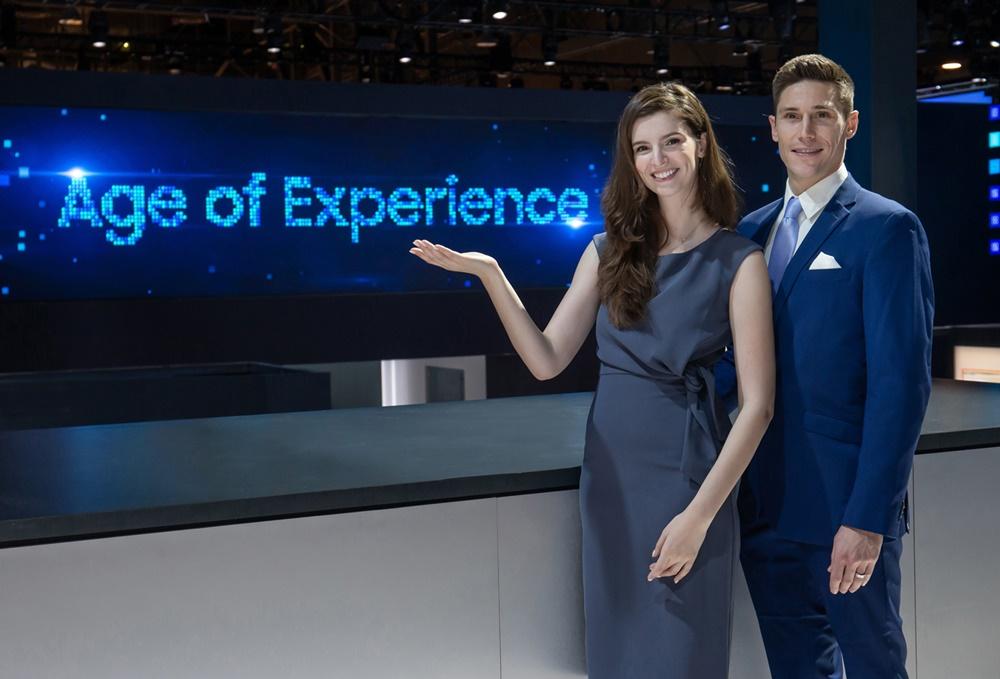 ▲ 삼성전자는 미국 라스베이거스에서 7일부터 10일까지(현지 시간) 열리는 세계 최대 전자 전시회 CES 2020에서 '경험의 시대(Age of Experience)' 를 주도할 삼성전자의 최신 기술과 제품을 선보인다. 삼성전자 모델들이 경험의 시대를 알리는 초대형 LED 사이니지를 배경으로 삼성전자 전시장을 소개하고 있다.