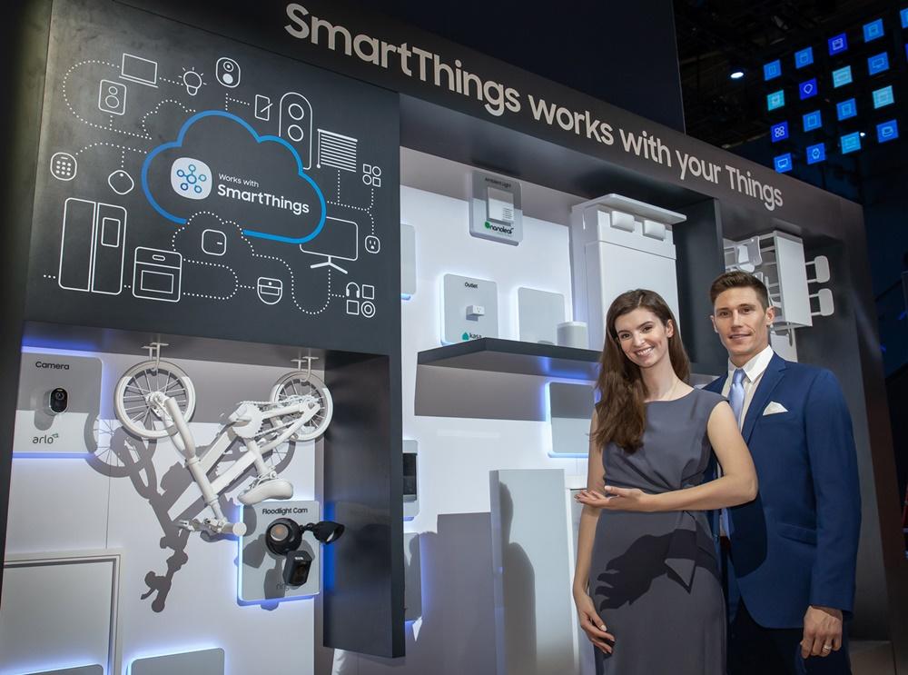 ▲ 삼성전자는 미국 라스베이거스에서 7일부터 10일까지(현지 시간) 열리는 세계 최대 전자 전시회 CES 2020에서 '경험의 시대(Age of Experience)' 를 주도할 삼성전자의 최신 기술과 제품을 선보인다. 삼성전자 모델들이 다양한 IoT 허브 기기를 삼성전자 스마트싱스(SmartThings)로 연동하는 모습을 소개하고 있다.