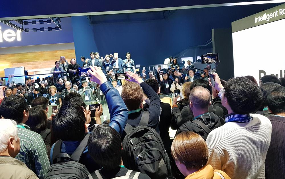 ▲볼리 시연장 앞에서 스마트폰을 높이 들어 올린 김남호 리포터즈(오른쪽 하단). 볼리는 이번 전시의 스타였다.