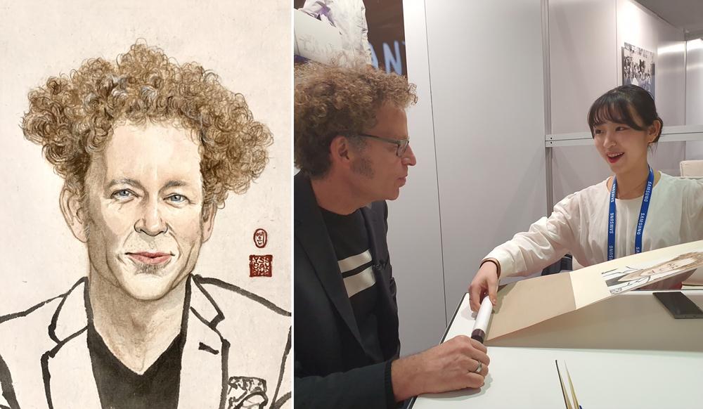 ▲김예은 리포터즈가 그려 온 켄 골드버그 교수의 초상화(왼쪽)와 실제 골드버그 교수에게 전달하는 장면(오른쪽)