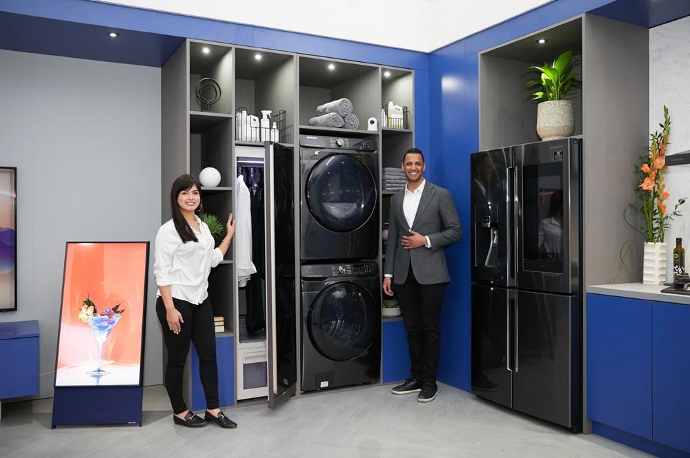 삼성전자 모델이 북미 최대 규모의 주방·욕실 관련 전시회인 'KBIS 2020'에서 프리미엄 세탁기·건조기와 패밀리허브 냉장고 등으로 구성된 '커넥티드 리빙존'에서 차별화된 AI·IoT가전을 소개하고 있다.
