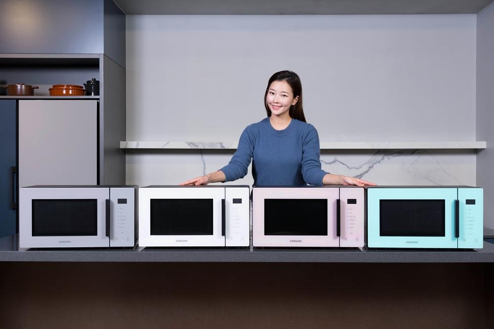 삼성전자 모델이 삼성 디지털프라자 강남본점에 마련된 라이프스타일 쇼룸 '#프로젝트 프리즘(#ProjectPRISM)'에서 전자레인지 신제품을 소개하고 있다.