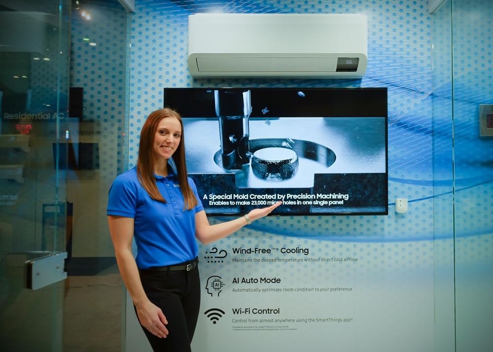 삼성전자가 3일부터 5일까지 미국 올랜도에서 개최되는 북미 최대 규모 공조 전시회 AHR EXPO 2020에 참가한다. 삼성전자 모델이 한층 강력한 냉방 성능과 '와이드 무풍 냉방'이 특징인 벽걸이형 무풍에어컨을 소개하고 있다.