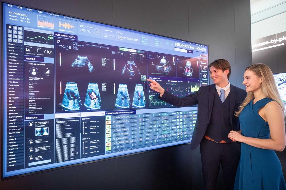 삼성전자가 11일부터 14일(현지 시간)까지 네덜란드 암스테르담에서 열리는 유럽 최대 디스플레이 전시회 'ISE(Integrated Systems Europe) 2020'에 참가해 상업용 디스플레이 신제품을 대거 공개한다. 삼성전자 모델들이 DICOM(Digital Imaging and Communications in Medicine) 시뮬레이션 모드를 지원해 의료용 영상을 정확히 표현해 주는 'QLED 8K 사이니지'를 소개하고 있다.