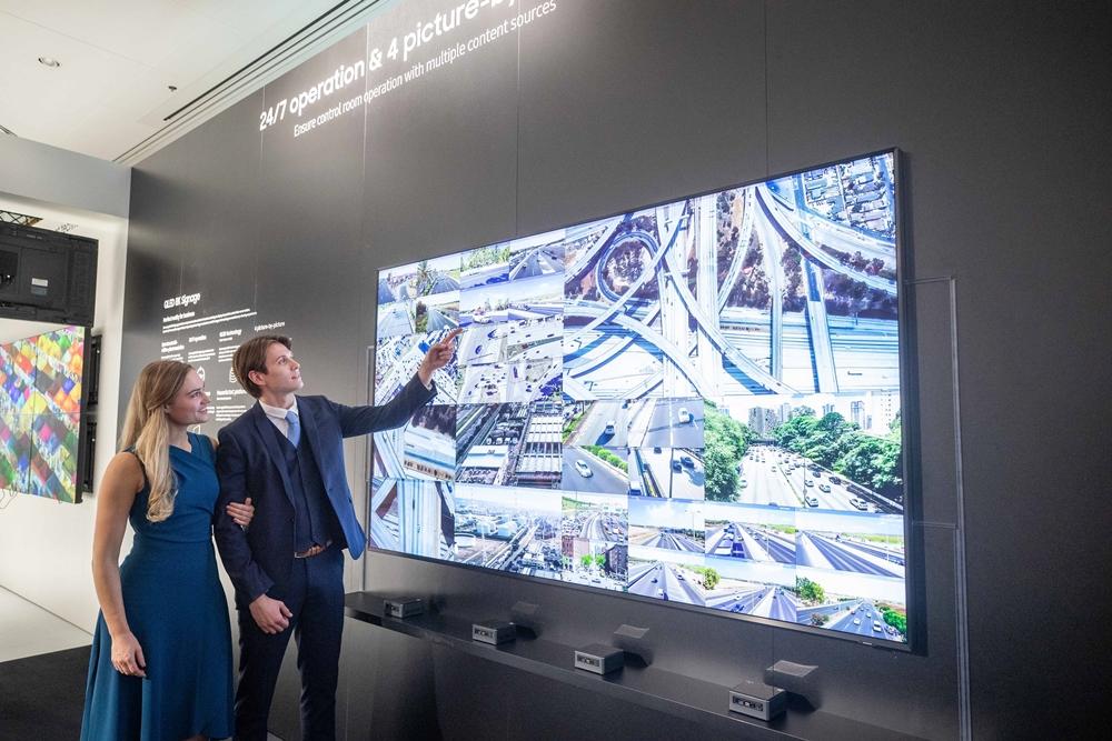 삼성전자가 11일부터 14일(현지 시간)까지 네덜란드 암스테르담에서 열리는 유럽 최대 디스플레이 전시회 'ISE(Integrated Systems Europe) 2020'에 참가해 상업용 디스플레이 신제품을 대거 공개한다. 삼성전자 모델들이 화면을 다중 분할해 고화질 영상을 제공하는 'QLED 8K 사이니지'의 관제센터용 솔루션을 소개하고 있다.