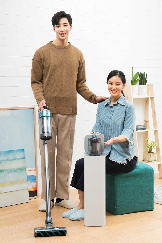 삼성전자 모델이 수원시 매탄동에 위치한 삼성전자 디지털시티 프리미엄하우스에서 2020년형 프리미엄 무선 청소기'삼성 제트'와 미세먼지 걱정 없이 먼지통을 간편하게 관리할 수 있는'청정스테이션'신제품을 소개하고 있다.