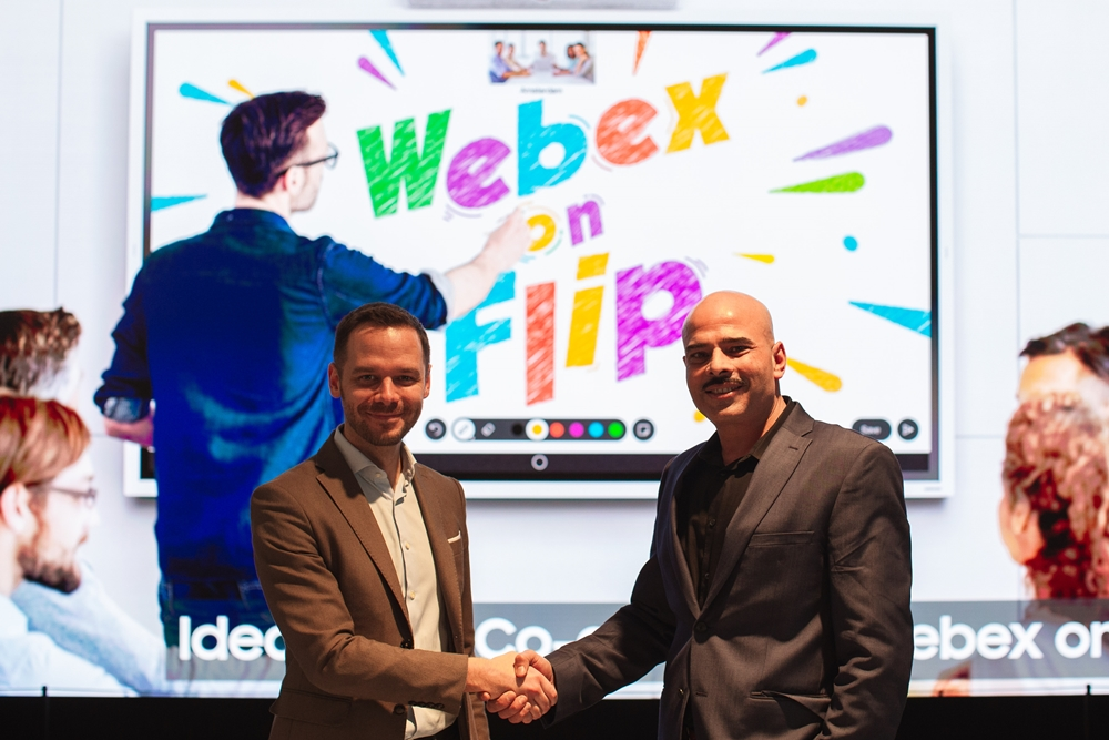 삼성전자가 11일(현지시각) 네덜란드 암스테르담에서 열리는 'ISE(Integrated Systems Europe) 2020'에서 시스코(Cisco)와 함께 차세대 화상회의 솔루션 '웹엑스 온 플립(Webex on Flip)'을 공개했다. 왼쪽부터 샌딥 마흐라(Sandeep Mehra) 시스코 웹엑스 담당 상무와 벤 홀메스(Ben holmes) 삼성전자 유럽법인 B2B 마케팅 헤드가 악수를 하고 있다.