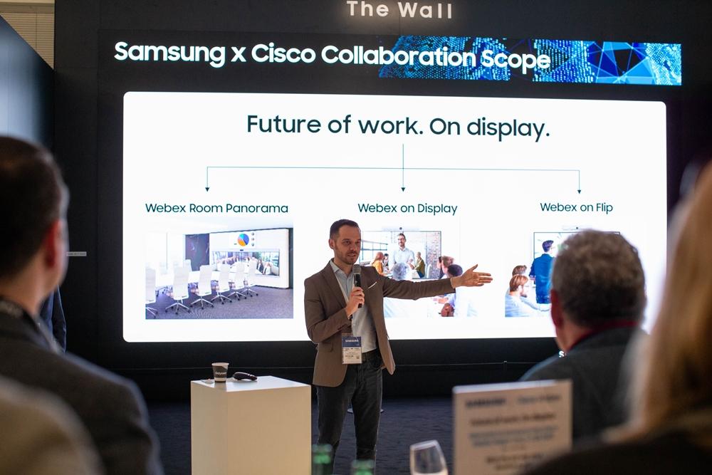삼성전자가 11일(현지시각) 네덜란드 암스테르담에서 열리는 'ISE(Integrated Systems Europe) 2020'에서 시스코(Cisco)와 함께 차세대 화상회의 솔루션 '웹엑스 온 플립(Webex on Flip)'을 공개했다. 샌딥 마흐라(Sandeep Mehra) 시스코 웹엑스 담당 상무가 웹엑스 온 플립을 소개하고 있다.