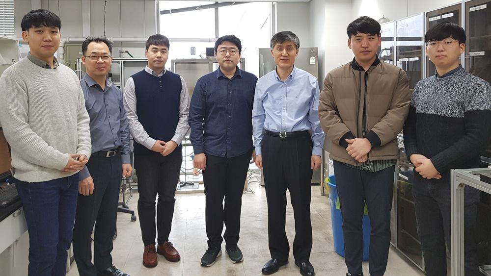 [사진 설명] 이종흔 교수(오른쪽에서 3번째)와 연구팀