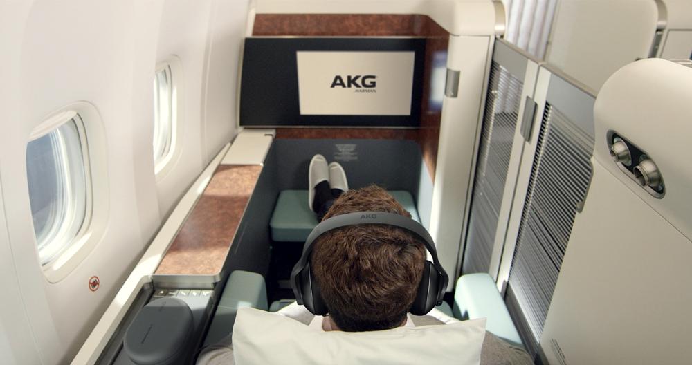 삼성전자 오디오 브랜드 AKG의 노이즈캔슬링 헤드폰 N700이 대한항공 퍼스트클래스 전용 공식 헤드폰으로 선정됐다. 사진은 AKG 헤드폰이 비치된 대한항공 퍼스트클래스 내부