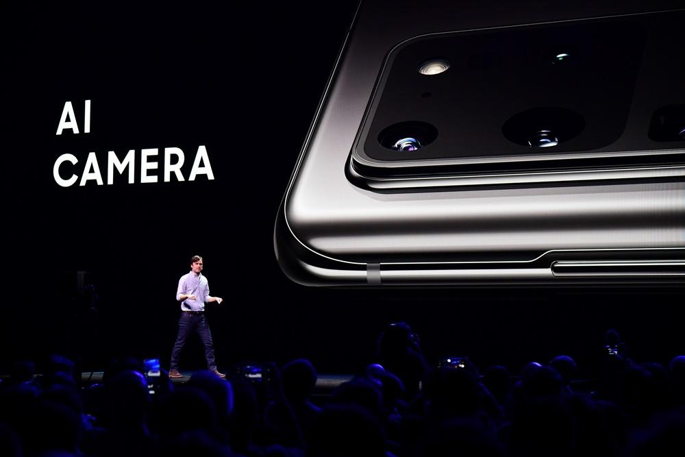 삼성전자 미국법인의 모바일 제품관리 리더 드류 블래커드(Drew Blackard)가 갤럭시 S20의 카메라에 대해 소개하며, 인공지능(AI)이 카메라 기능을 어떻게 향상시킬 수 있는지 설명하고 있다.]