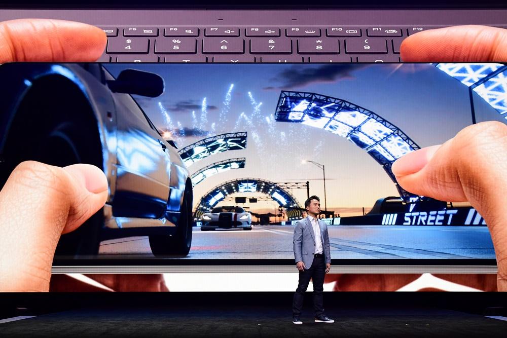 """삼성전자 미국법인의 모바일 채널 마케팅 리더인 데이비드 박(David S. Park)이 갤럭시 S20 시리즈의 강력한 게임 기능을 소개하고 있다. 그는 마이크로소프트와 협업해 모바일 기기에서 최초로 '포르자 스트리트(Forza Street)' 게임을 이용할 수 있게 됐다고 발표해 환호를 자아냈다. 또 """"5G 기반의 속도, 강력한 프로세서, 120Hz 디스플레이, 12GB 램(RAM)과 새로운 다이내믹 AMOLED 디스플레이를 갖춘 갤럭시 S20이 게임 경험을 한 차원 끌어올려 줄 것""""이라고 강조했다."""