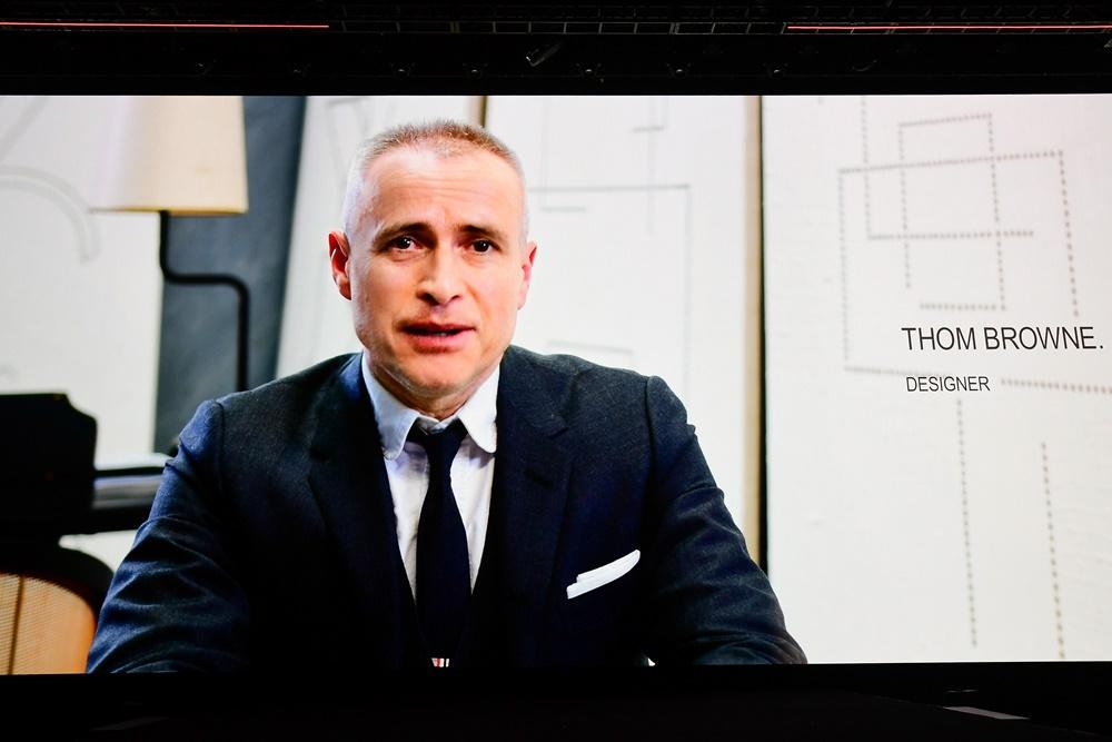 """영상 메시지로 무대 스크린에 모습을 보인 디자이너 톰 브라운은 삼성전자와 흥미로운 파트너십의 배경에 대해 설명했다. 그는 """"이번 기기로 또 하나의 새로운 모바일 경험을 위한 패션과 기술의 결합이 성사됐다""""며 """"우리는 정말 특별한 것을 창조해냈고, 이를 여러분들과 함께 공유할 수 있기를 열망한다""""고 전했다."""