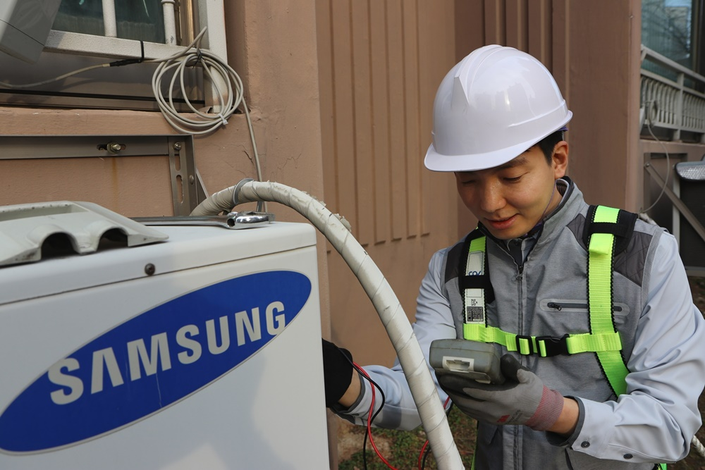 [사진] 삼성전자서비스 수리 엔지니어가 '에어컨 사전점검 서비스'를 제공하고 있는 모습2