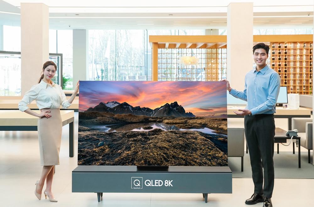 삼성전자 모델이 2020년형 QLED 8K TV 사전판매 이벤트를 소개하고 있다.