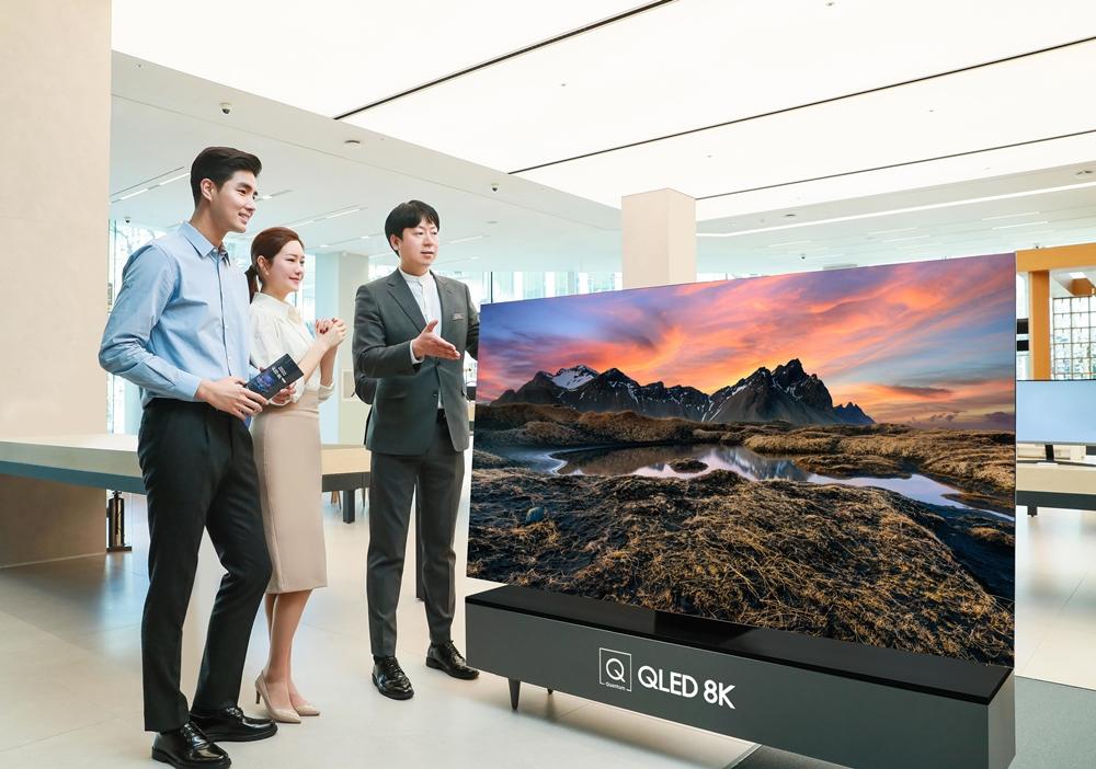 판매 상담사가 삼성디지털프라자 삼성대치점에서 2020년형 삼성 QLED TV를 소개하고 있다.