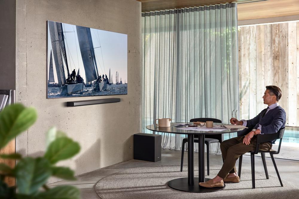 거실에서 삼성 TV를 바라보고 있는 남성