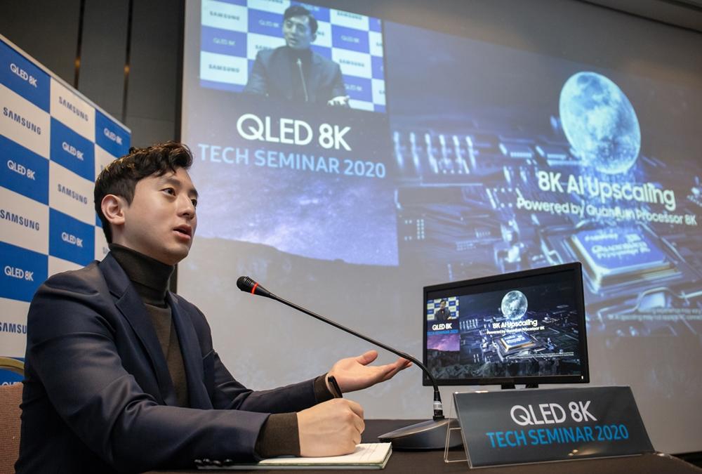 삼성전자는 14일부터 17일까지 그랜드 워커힐 서울 호텔에서 유럽·동남아·중동·중국 등 현지와 온라인으로 연결해 2020년형 QLED TV를 주제로 '테크 세미나'를 진행한다. 행사 사회자가 온라인 테크 세미나를 진행하고 있다.