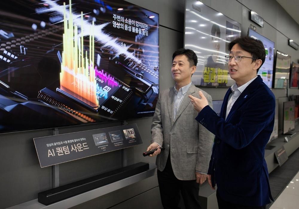 ▲2020년형 QLED 8K 사운드의 특징을 설명하고 있는 김영태(왼쪽), 김선민(오른쪽) 씨