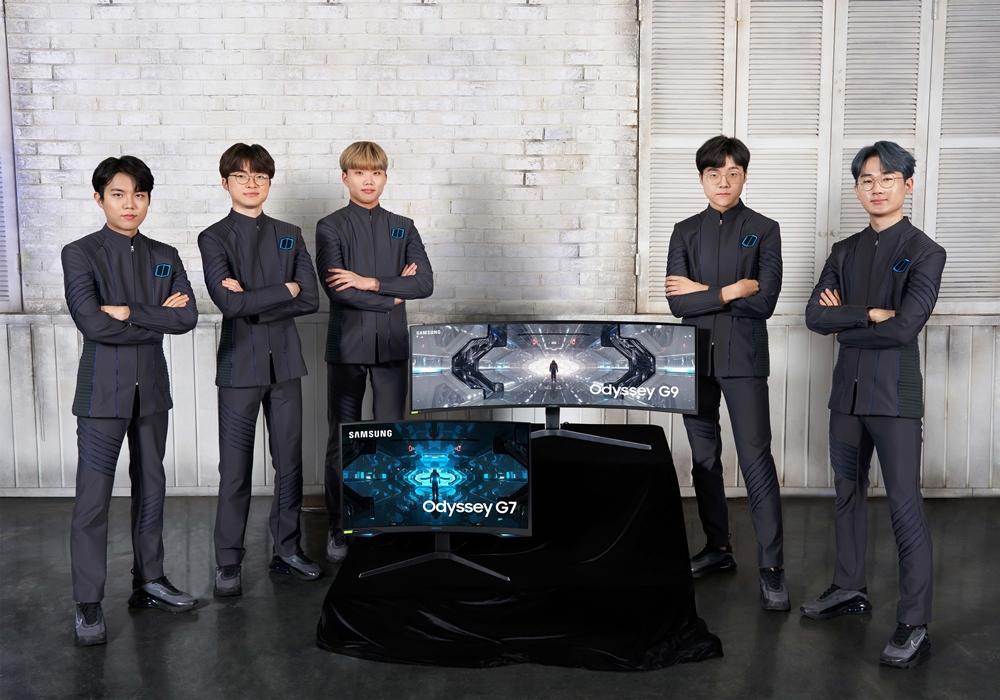 e스포츠 전문기업 T1의 리그오브레전드(LoL) e스포츠 팀 선수들이 삼성 게이밍 모니터 '오디세이'를 소개하고 있다. 왼쪽부터 에포트(이상호), 페이커(이상혁),테디(박진성), 칸나(김창동), 커즈(문우찬) 선수