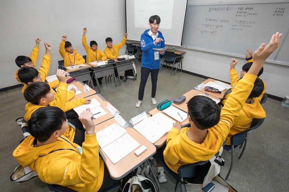 ▲'2020 삼성 드림클래스 겨울캠프'에 참가한 중학생들이 대학생 멘토로부터 수업을 듣고 있다.