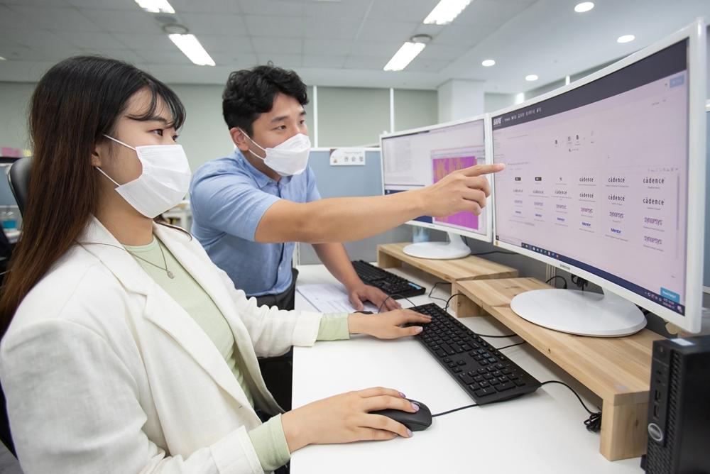 국내 팹리스 업체 '가온칩스' 직원과 삼성전자 임직원이 '통합 클라우드 설계 플랫폼(SAFE Cloud Design Platform, SAFE-CDP)'으로 칩 설계를 진행하고 있다.