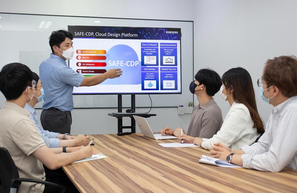 삼성전자 임직원이 국내 팹리스 업체 '가온칩스' 직원들을 대상으로 '통합 클라우드 설계 플랫폼(SAFE Cloud Design Platform, SAFE-CDP)' 사용자 교육을 진행하고 있다.