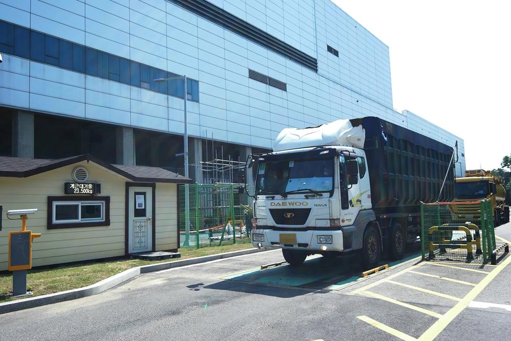 폐기물 무게를 측정 중인 트럭