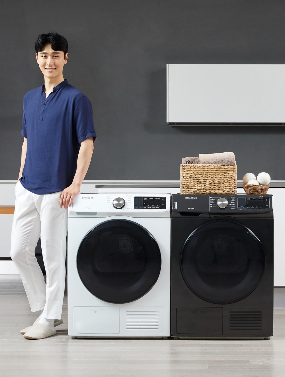 삼성전자 모델이 수원 삼성전자 디지털시티 프리미엄하우스에서 에너지 소비효율 1등급인 9kg 건조기 신제품을 소개하고 있다.