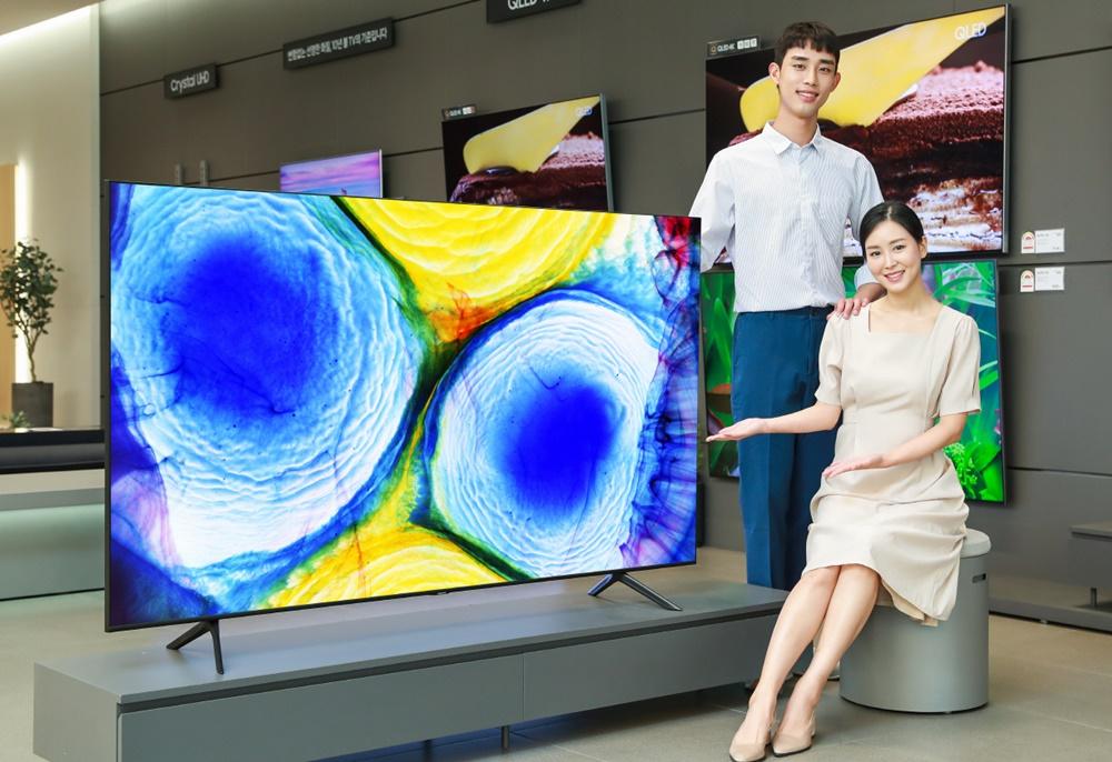 삼성전자 모델이 삼성디지털프라자 강남본점에서 에너지 소비효율 1등급을 받은 QLED TV를 소개하고 있다.