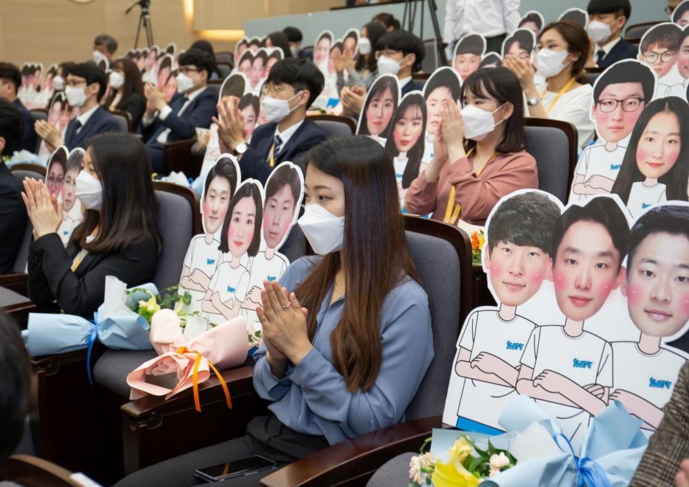 삼성 청년 소프트웨어 아카데미 2기 교육생들이 24일 서울 멀티캠퍼스 교육센터에서 열린 수료식에 참석하고 있다.